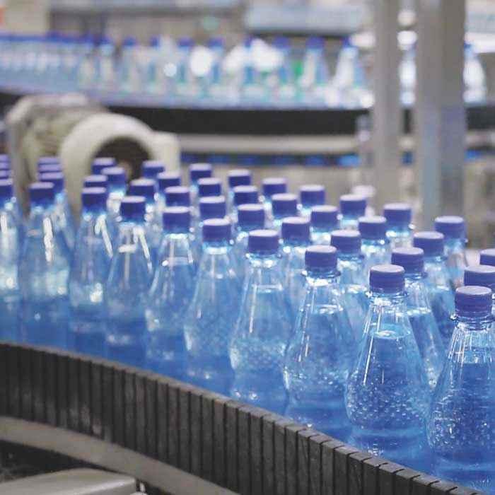Wüteria Mineralwasser von der quelle auf den Tisch Abfuellung