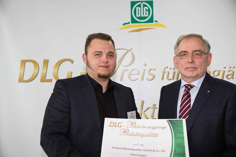 Im Rahmen einer feierlichen Preisverleihung in Würzburg überreichte DLG-Vizepräsident Prof. Dr. Achim Stiebing (rechts) die Urkunde an Manuel Völkel.